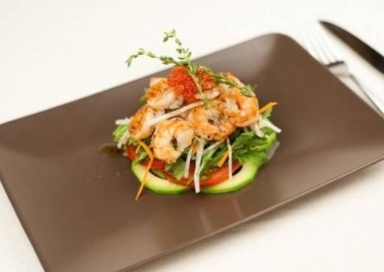 Салат с креветками, овощами и авокадо