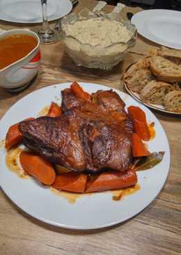 Свиная лопатка, тушеная под крышкой в винно-томатном соусе