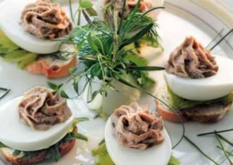 Закуска из яиц, фаршированных тунцом в фисташках