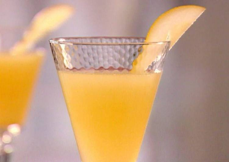 Пунш-коктейль «Беллини» со свежими персиками