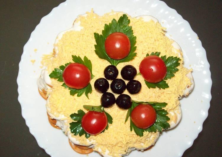 """""""Закусочный рыбный торт-салат с крекерами"""""""
