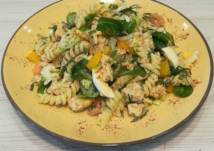 Макаронный салат с корном и куриным паштетом