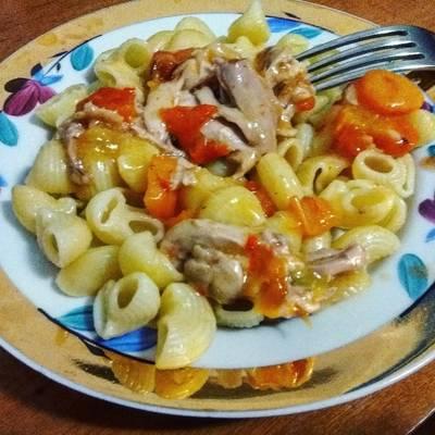 Макароны с овощами и курицей