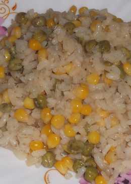 Простой отварной рис с горошком и кукурузой