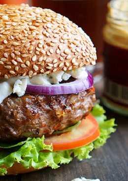 Гамбургер с соусом из голубого сыра