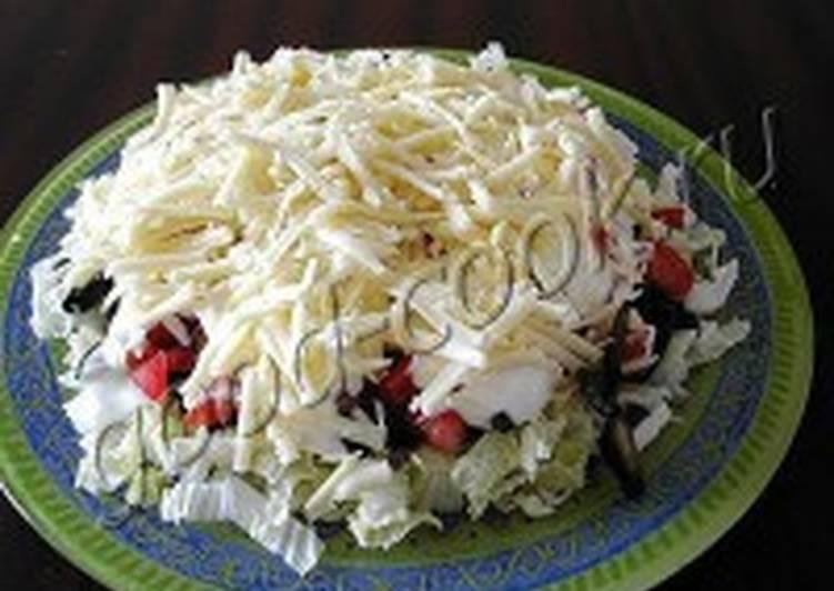 Салат из бекона, грибов и помидоров