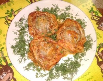 Гнезда из макарон фаршированные фаршем в томатном соусе
