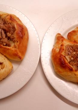 Расстегаи и пироги с мясом и грибами с бульоном