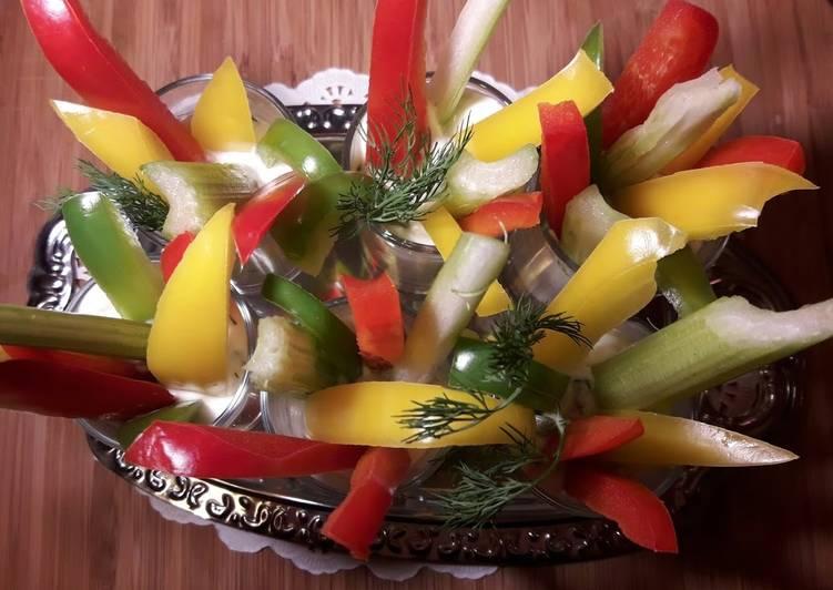 """Фуршетные овощи """"Светофорчик"""" со сметанным соусом"""