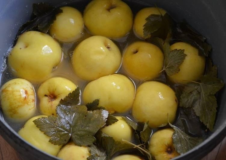 Маринованные яблоки с луком
