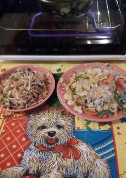 Рисовая лапша с овощами и рыбой