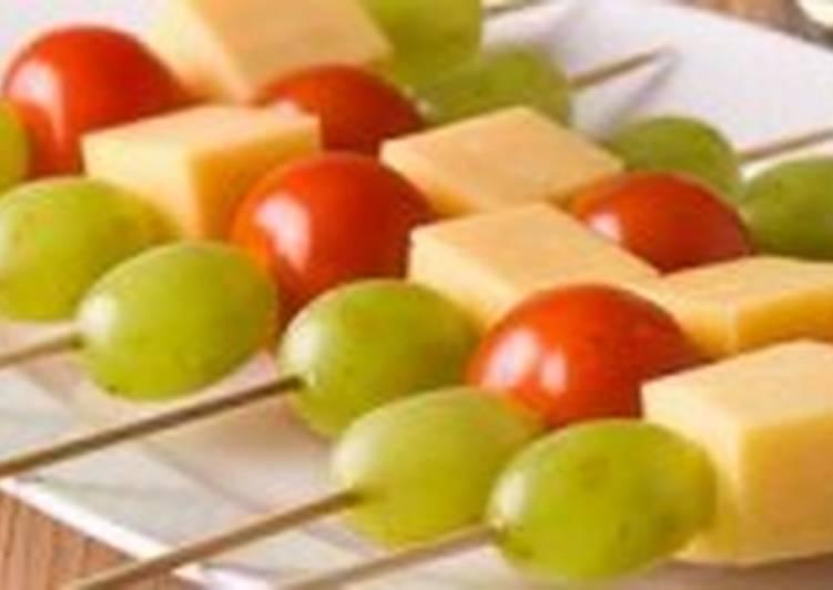 Сыр с помидорами на шпажках