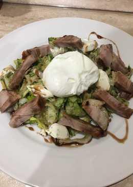 Тёплый салат со свининой и яйцом пашот
