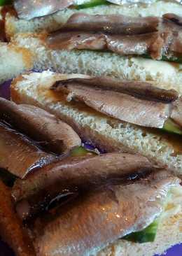 Бутерброды с огурцом и анчоусами