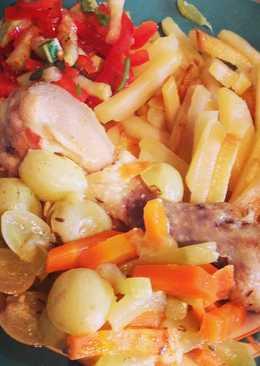 Жареная картошка и курица тушенная с овощами и виноградом