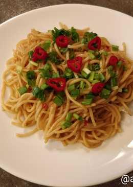 Спагетти с перцем чили, чесноком и зелёным луком