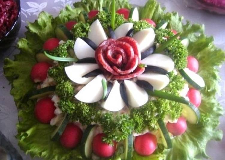 Салат новогодний с колбасой «Райский цветок»
