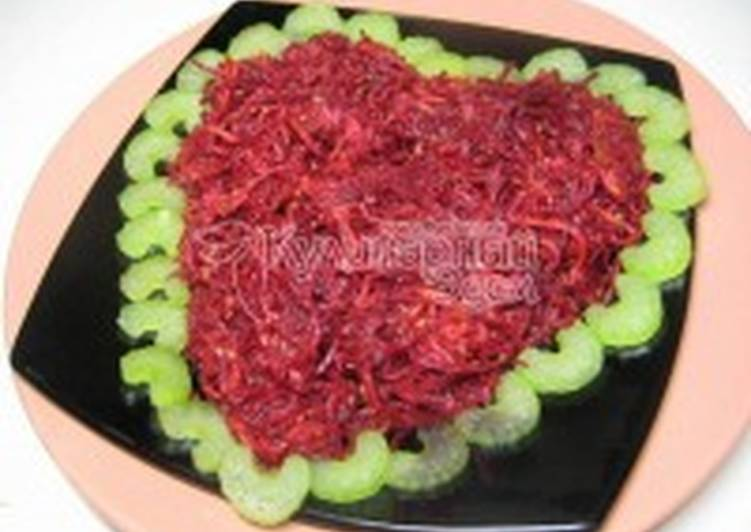 Салат из овощей с яблочком и кунжутом