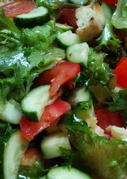 Овощной салат с сухариками из лаваша