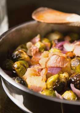 Брюссельская капуста со свиной грудинкой на сковороде