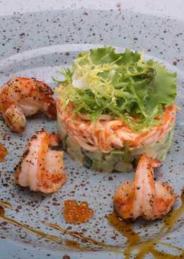 Салат с камчатским крабом и тигровыми креветками на подушке из огурца и авокадо