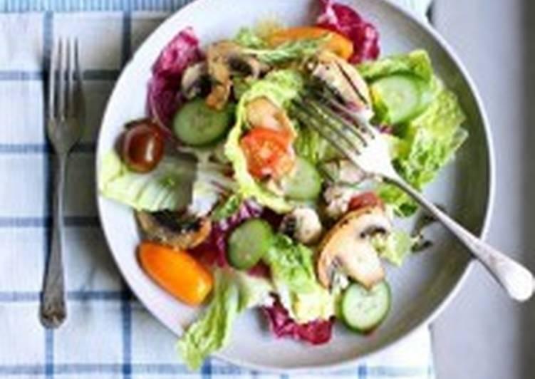 Салат с овощами и ароматными шампиньонами
