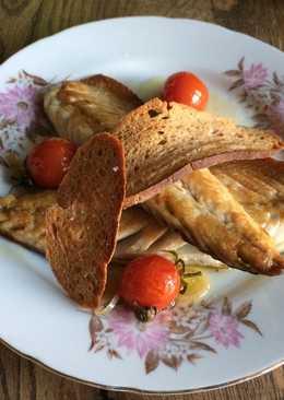 Жареная скумбрия с маринованными помидорами и ржаными гренками