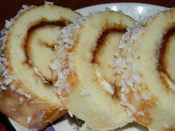Рулет с яблочным повидлом в лимонной глазури
