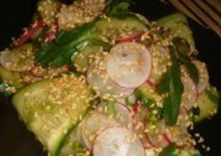 Постный салат с редисом и огурцом по-японски