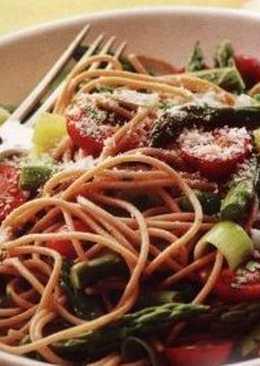 Спагетти с помидорами и спаржей