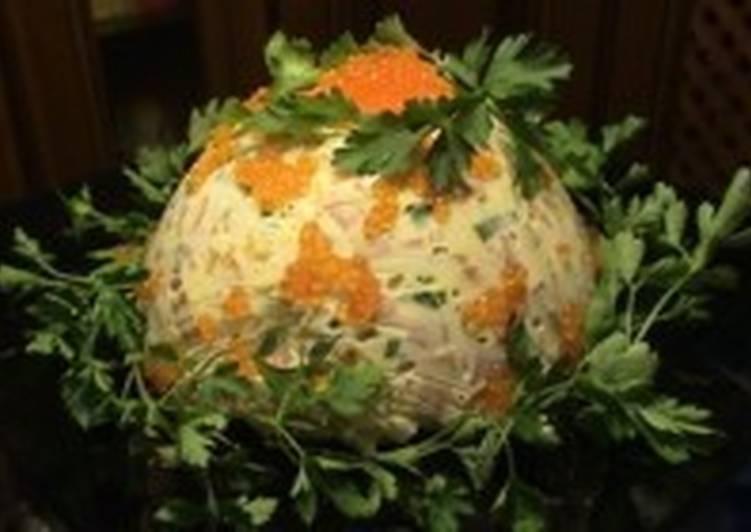 Новогодний салат с курицей, икрой и овощами