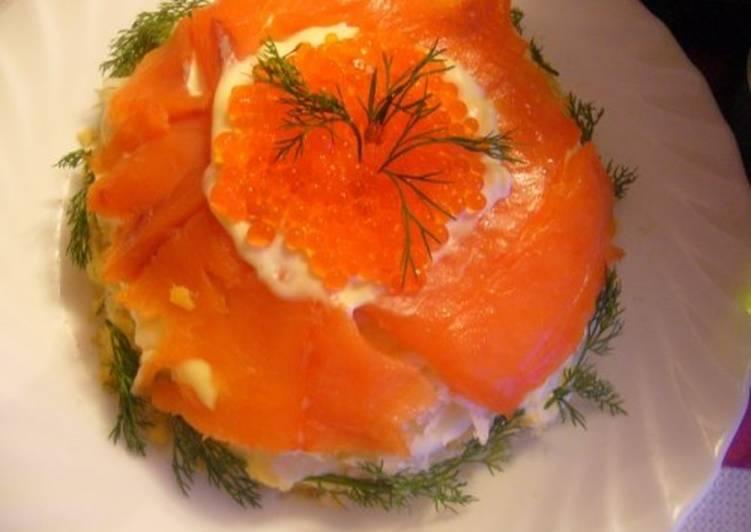 Салат с рыбой, огурцом и красной икрой