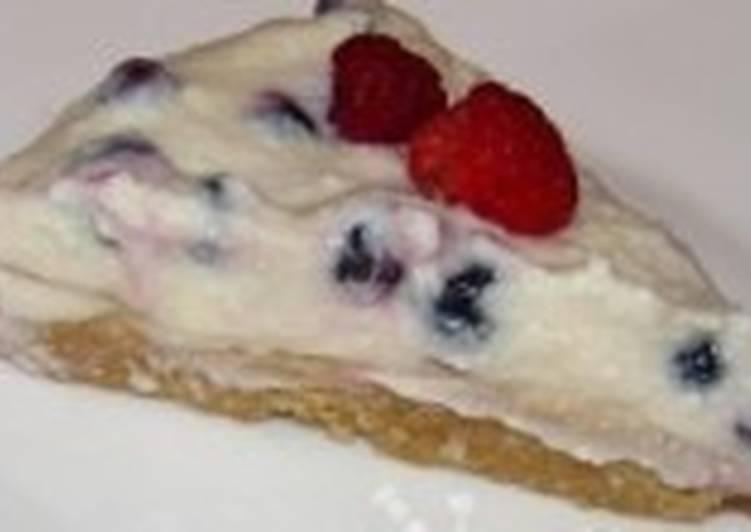 Простой чизкейк с ягодами и печеньем
