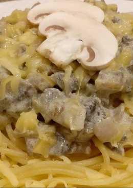 Спагетти с грибами в сметанном соусе и сыром