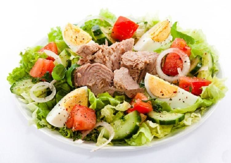 Новогодний салат с консервированным тунцом