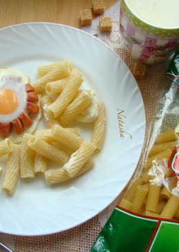 Глазунья в сосиске с макаронами и сыром