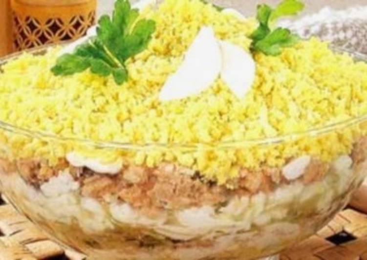 Салат новогодний с кальмаром, индейкой и огурцом