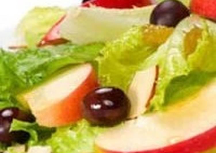 Легкий салат с горячими яблоками