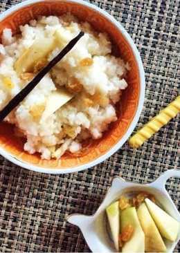 Рисовая каша с ванилью, яблоком и изюмом