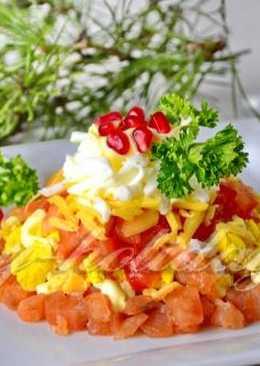 """Салат с красной рыбой и помидорами """"Пирамида"""""""
