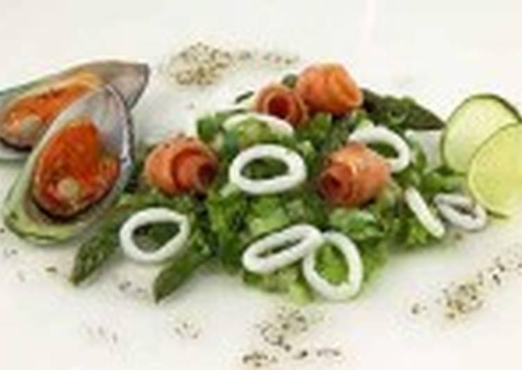 Салат из эндивия и морепродуктов