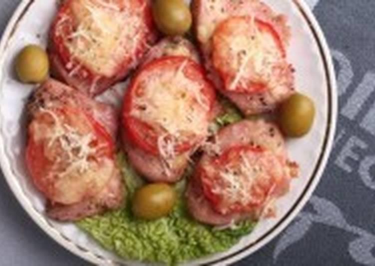 Закуска из индейки и помидоров под сыром