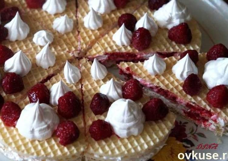 Быстрый вафельный торт с малиной и белковым кремом