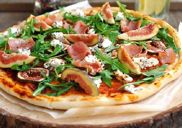Пицца с инжиром, прошутто и козьим сыром