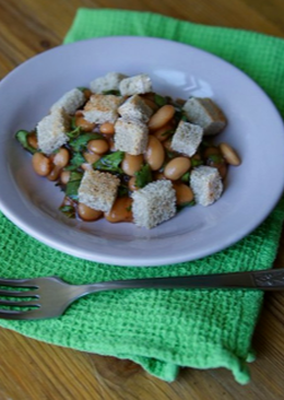 Салат из фасоли с кинзой и сухариками