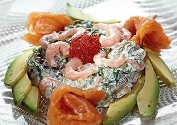 Копченая форель с креветочным салатом