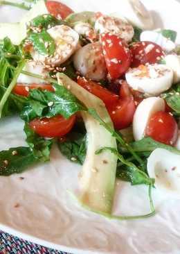 Легкий салат с перепелиным яйцом
