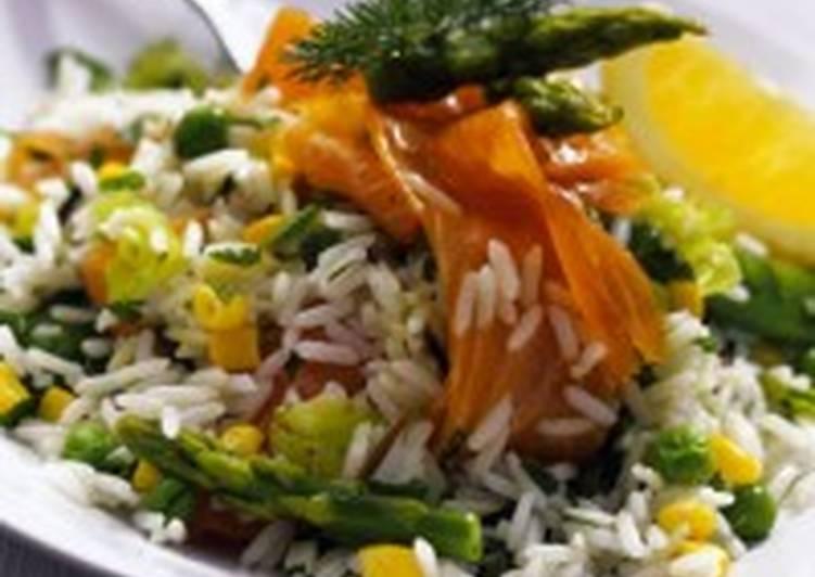 Рисовый салат с копченым лососем