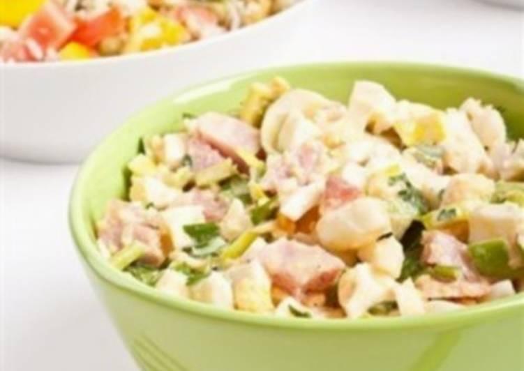 Салат по-американски с яйцами и беконом