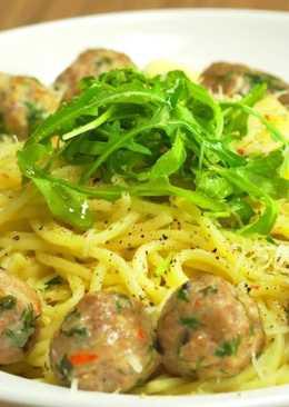 Спагетти с итальянскими фрикадельками и рукколой